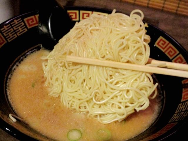 Putting kaedama noodles in a bowl